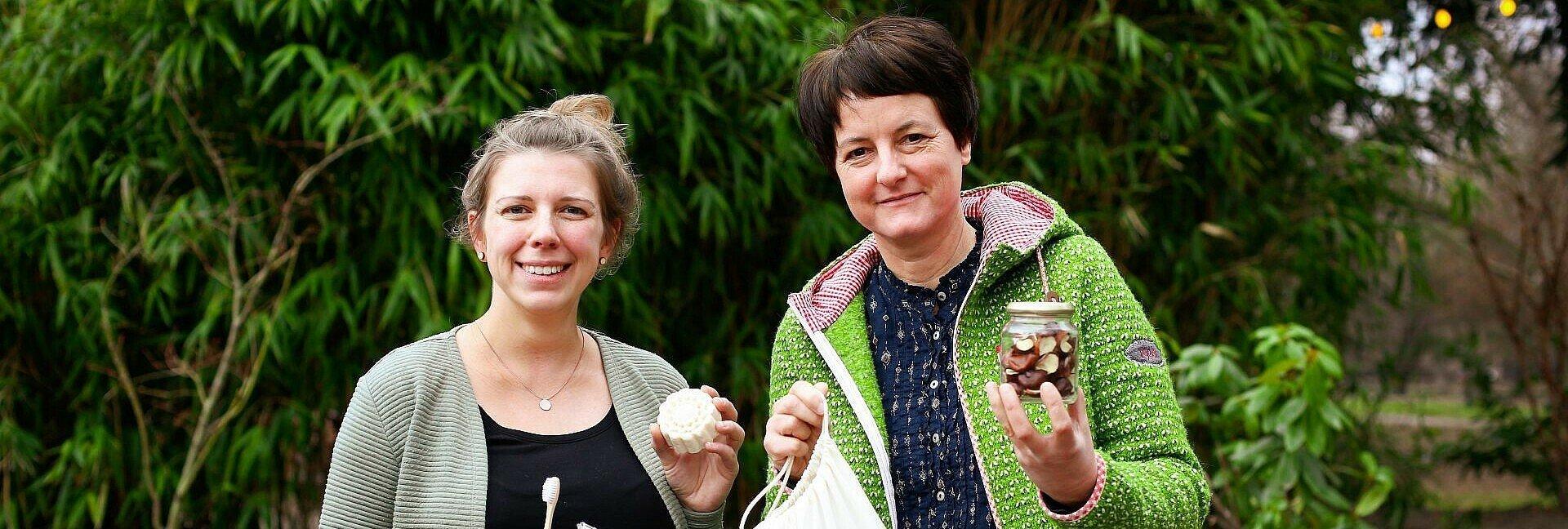 Zwei Vorstandsmitglieder von Zero Waste Köln zeigen Produkte