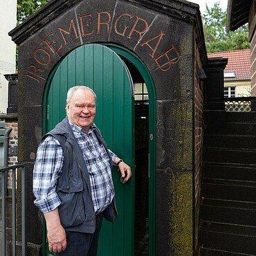 Archäologie-Professor Heinz Günter Horn vor der Tür zum Schutzbau in Köln-Weiden