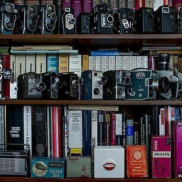 Regal gefüllt mit Büchern, Kameras und Radios in der Wohnung von Claus Michael Sierp im Agnesviertel