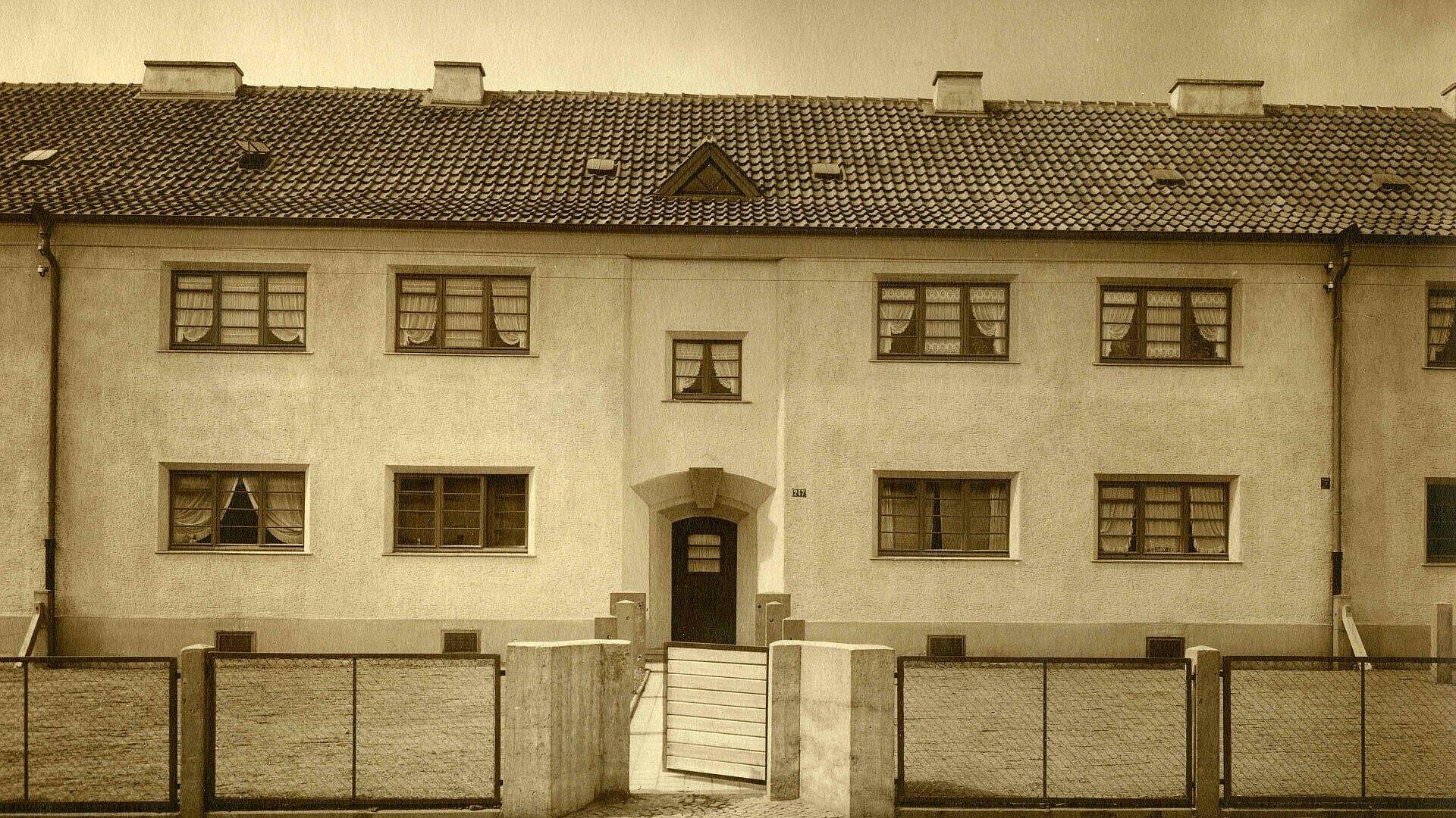 Historisches Foto von den Fenstern eines Hauses der Nibelungensiedlung in Mauenheim
