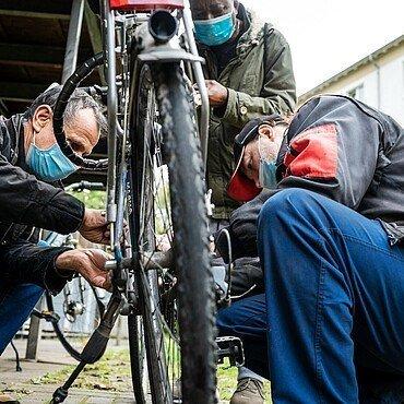 Dakhil und Günni sind am Bickendorfer Fahrradbüdchen als Helfer und Schrauber stets zur Stelle