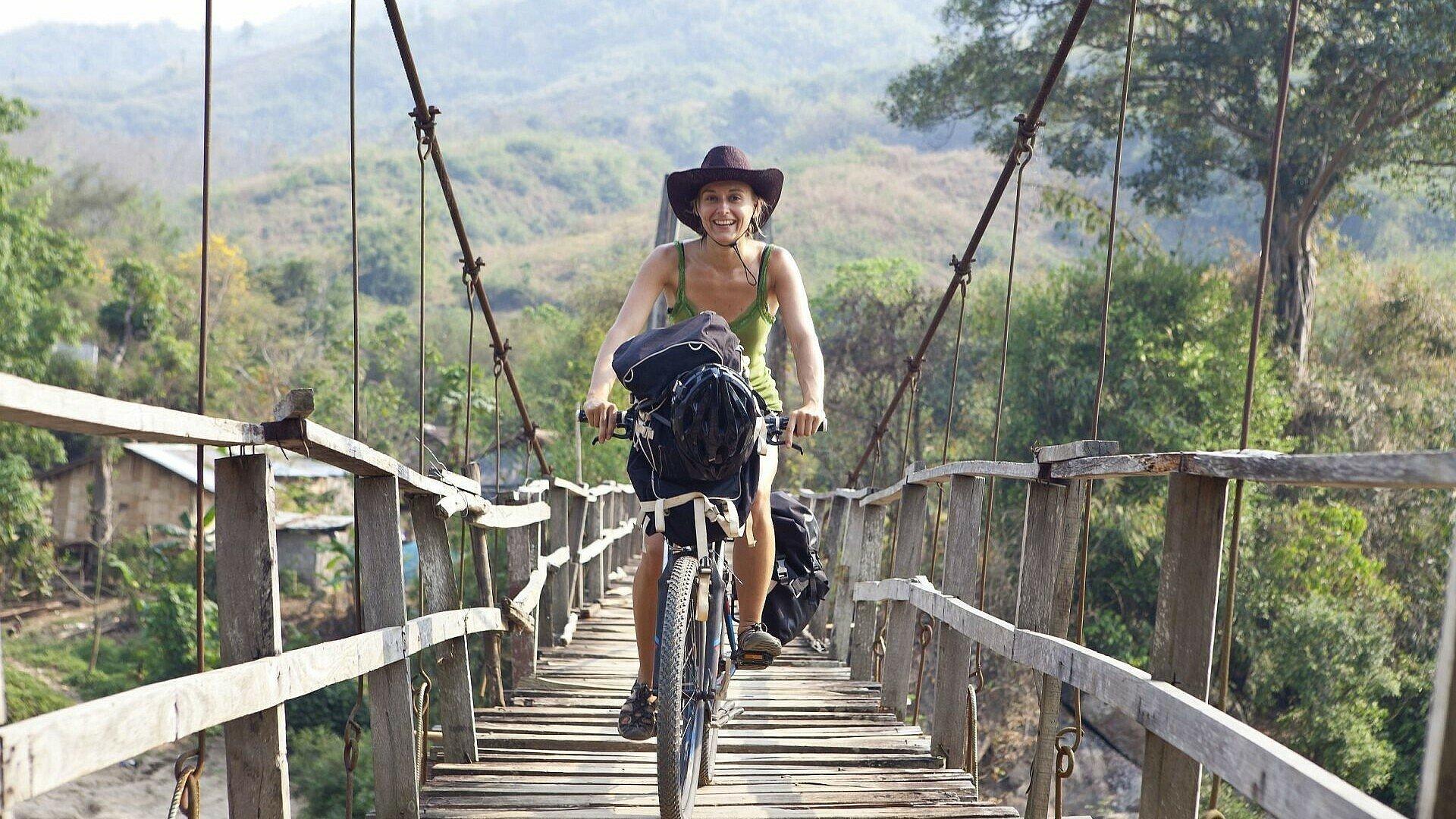 Olga Witt bei einer Fahrradtour im Ausland