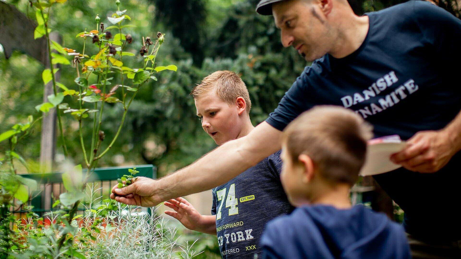 Peter Samonig mit zwei Kindern im GartenClub Bilderstöckchen