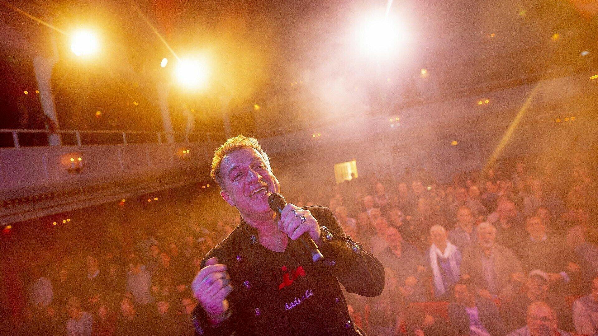 Moderator Linus vor vollen Reihen beim Finale von Euer Song für Köln 2019