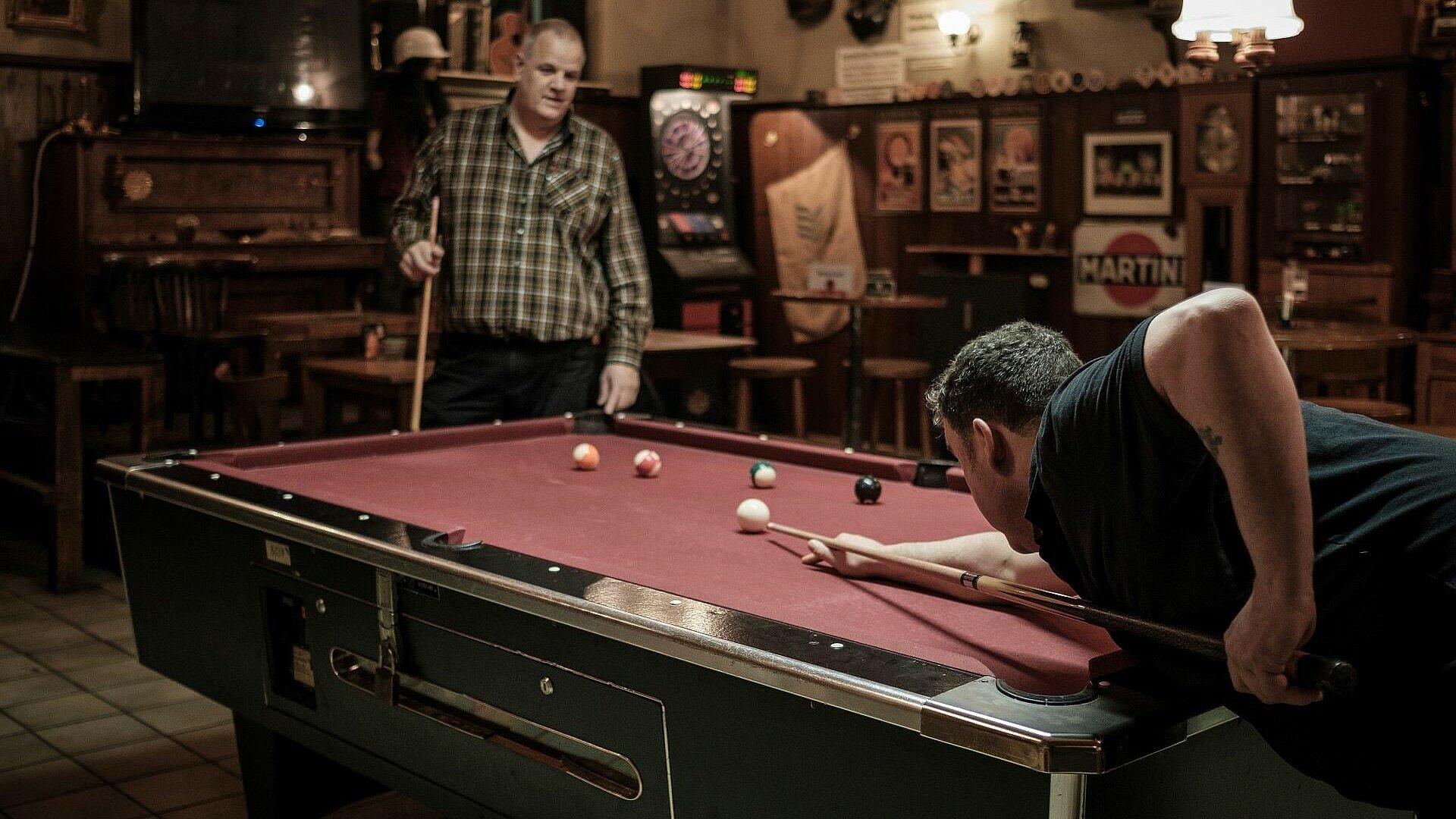 Gäste spielen Billiard im Refugium
