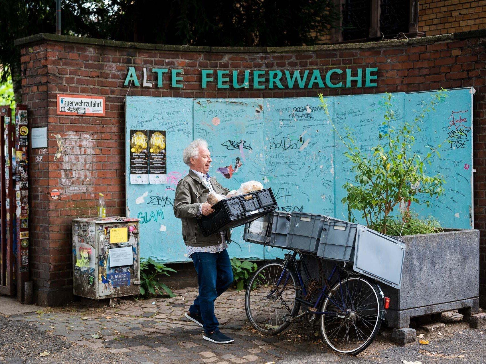 Christian Horsters bestückt auch den Fair-Teiler vor der Alten Feuerwache in Köln