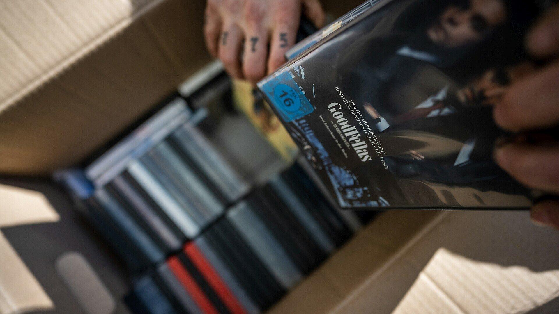 DVDs im Umzugskarton gepackt