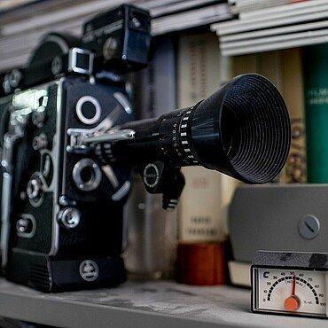 Kamera mit Zubehör im Regal von Claus Michael Sierp im Agnesviertel