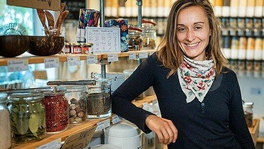 """Olga Witt in ihrem Unverpacktladen """"Tante Olga"""""""