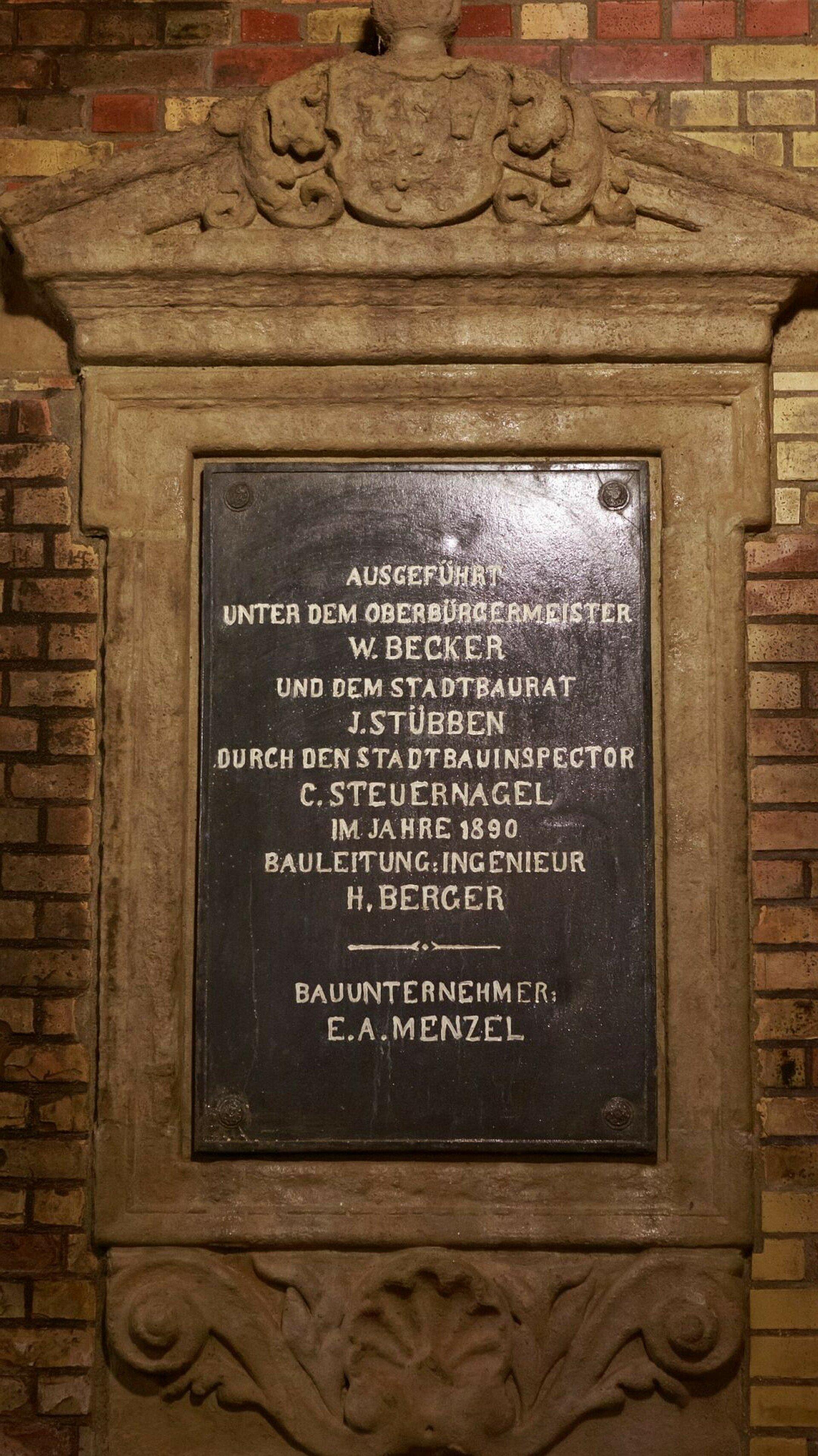 Historische Gedenktafel nennt, wer am Bau des Kronleuchtersaales in der Kanalisation beteiligt war
