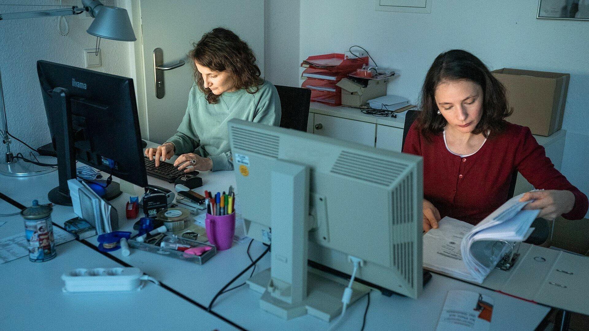 Datenpflege und Ticketvermittlung am Rechner im Büro der Kulturliste Köln