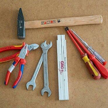 Hammer, Zange, Zollstock, Schraubendreher und Co. für Werkzeug-Grundausstattung