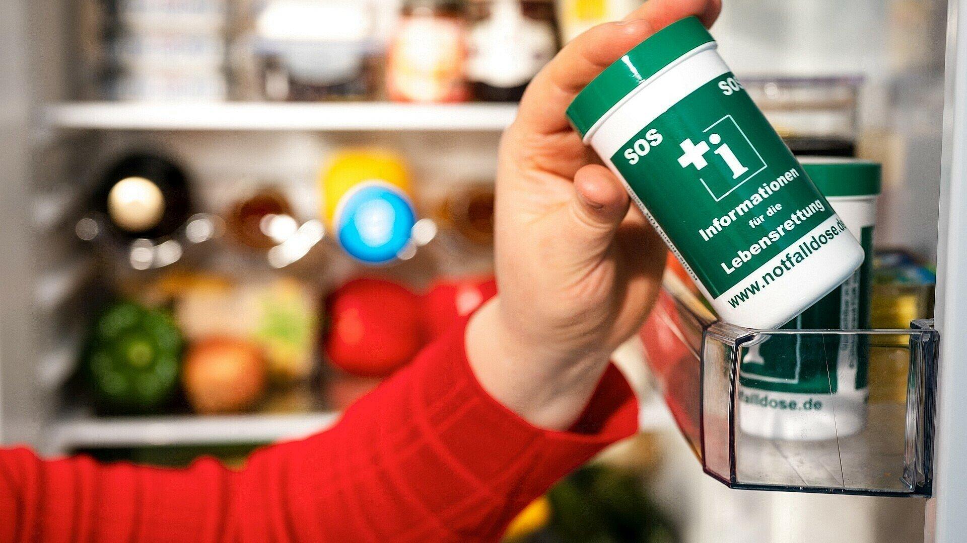 Notfalldose gut sichtbar für den Rettungsdienst in der Kühlschranktür aufbewahrt