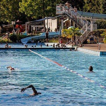 Schwimmbecken und Rutsche im Waldbad Dünnwald