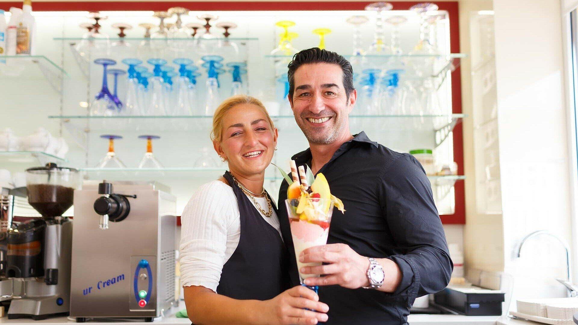 """Maria Teresa Castanga und Angelo Gravina präsentieren ihr Eis im Eiscafé """"Taormina"""" in Dünnwald"""
