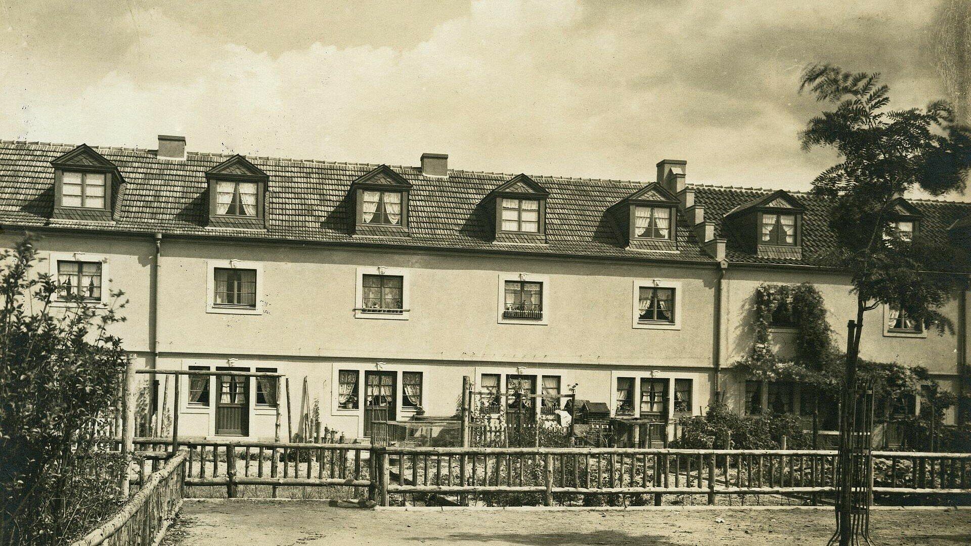 Historisches Foto einer Häuserreihe der Siedlung Bickendorf I in Bickendorf