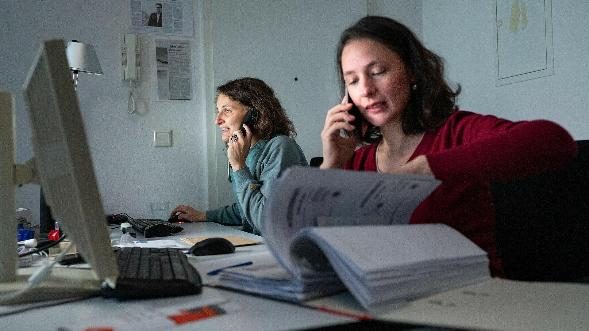 Die ehrenamtlichen Helferinnen bei der Arbeit für die Kulturliste Köln