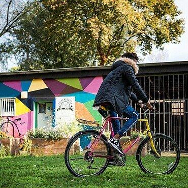 Ein Jugendlicher fährt nach der Reparatur im Bickendorfer Fahrradbüdchen eine Proberunde