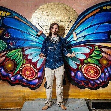 Künstler Matthias demonstriert den neuen Instagram Hotspot in Niehl