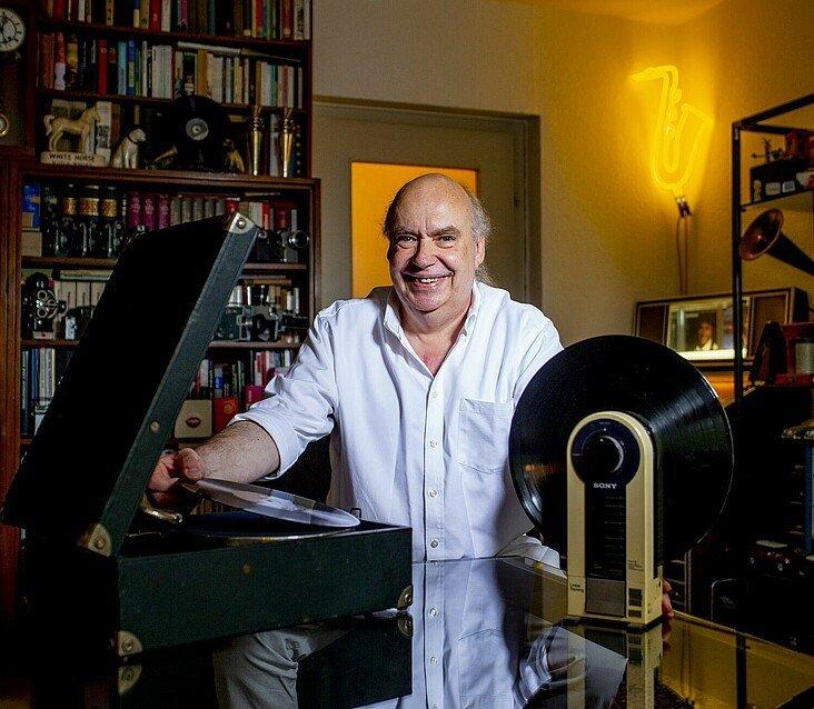 Claus Michael Sierp mit seinen Sammlerstücken in seiner Wohnung im Agnesviertel