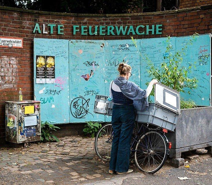 Der Foodsharer bestückt auch den Fair-Teiler vor der Alten Feuerwache