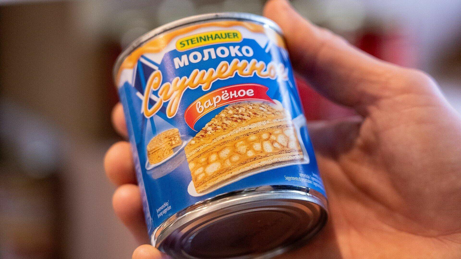 Dose mit gezuckerter Kondensmilch im russischen Supermarkt Zabawa in Buchheim
