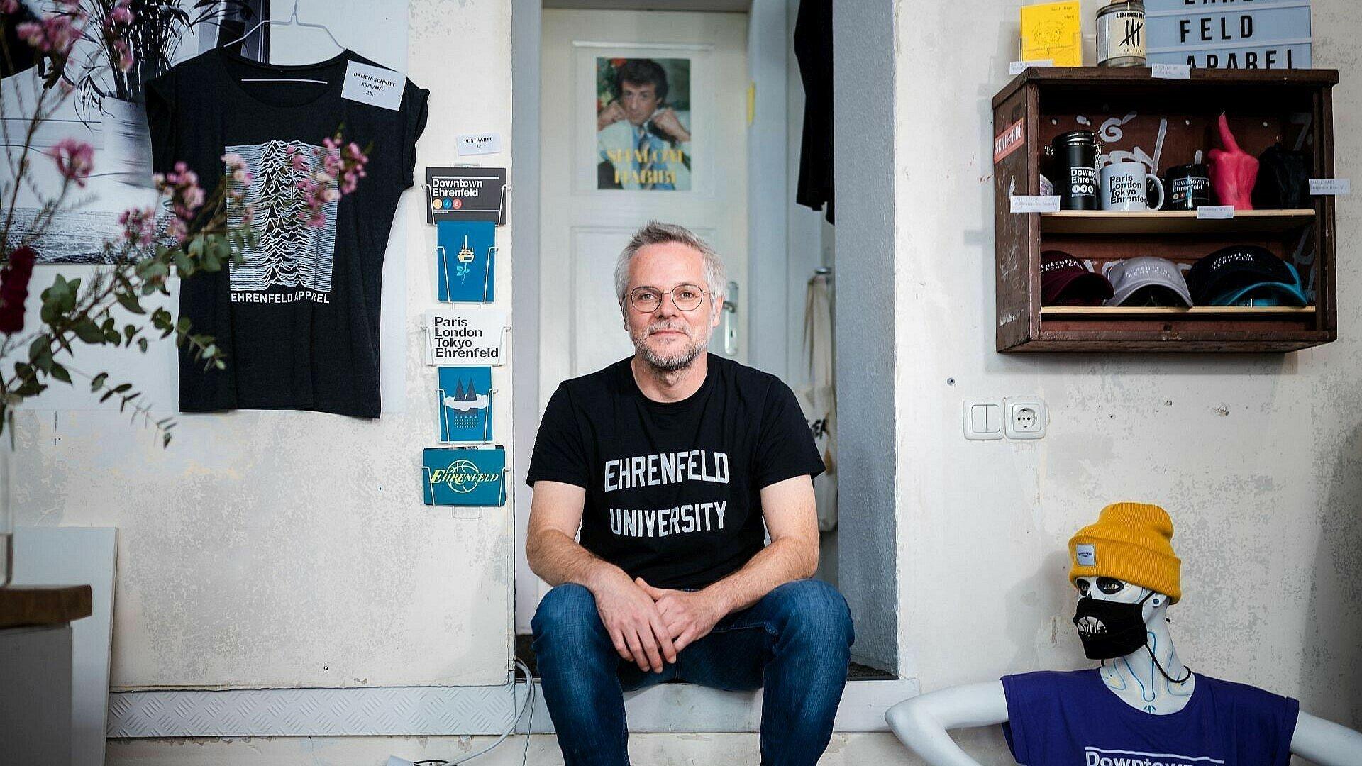 """Gründer und Inhaber Paul Kampfmann in seinem Laden """"Ehrenfeld Apparel"""" in Ehrenfeld"""