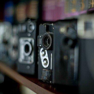 Mehrere Kameras im Regal von Claus Michael Sierp im Agnesviertel