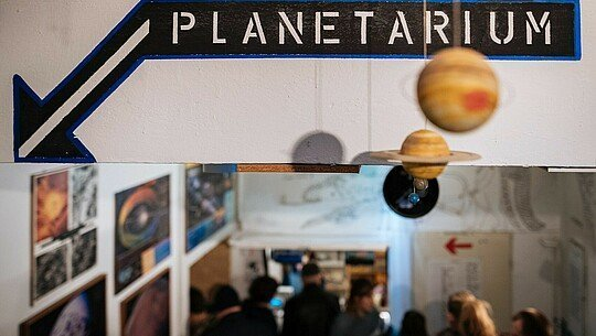 Wegweiser im Planetarium Nippes