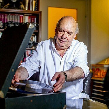 Claus Michael Sierp lässt sein altes Grammophon eine Platte abspielen