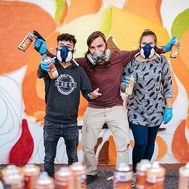 Künstler Matthias Furch und Jugendliche vom Jugendzentrum Fzwei in Niehl mit Spraydosen