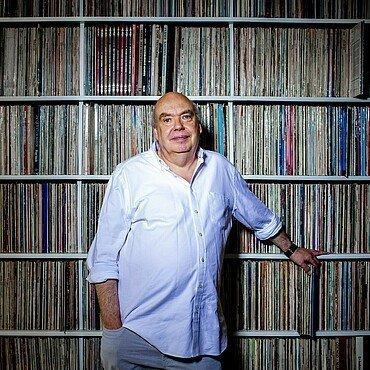 Carl Michael Sierp steht vor seinem Regal voller Schallplatten im Agnesviertel