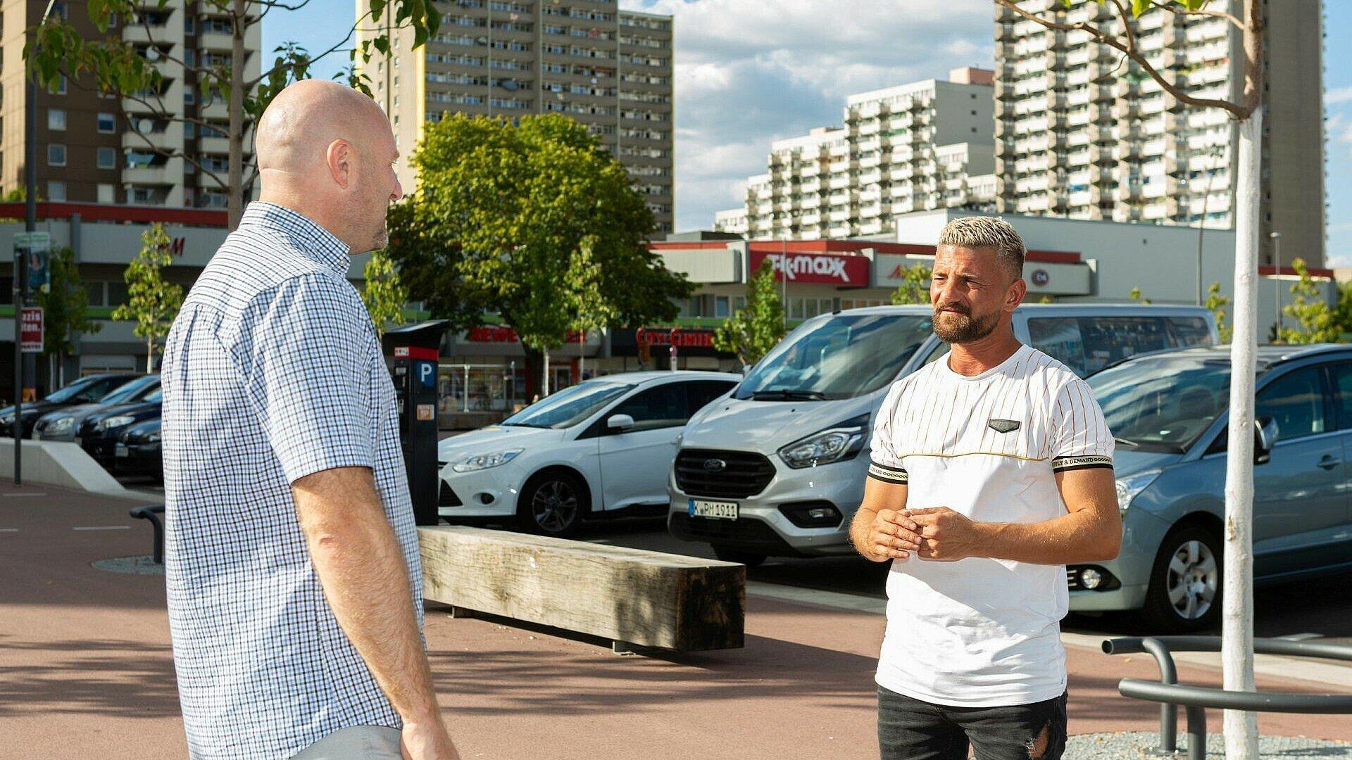 Roman Friedrich unterhält sich mit Eddy auf dem Liverpooler Platz in Chorweiler