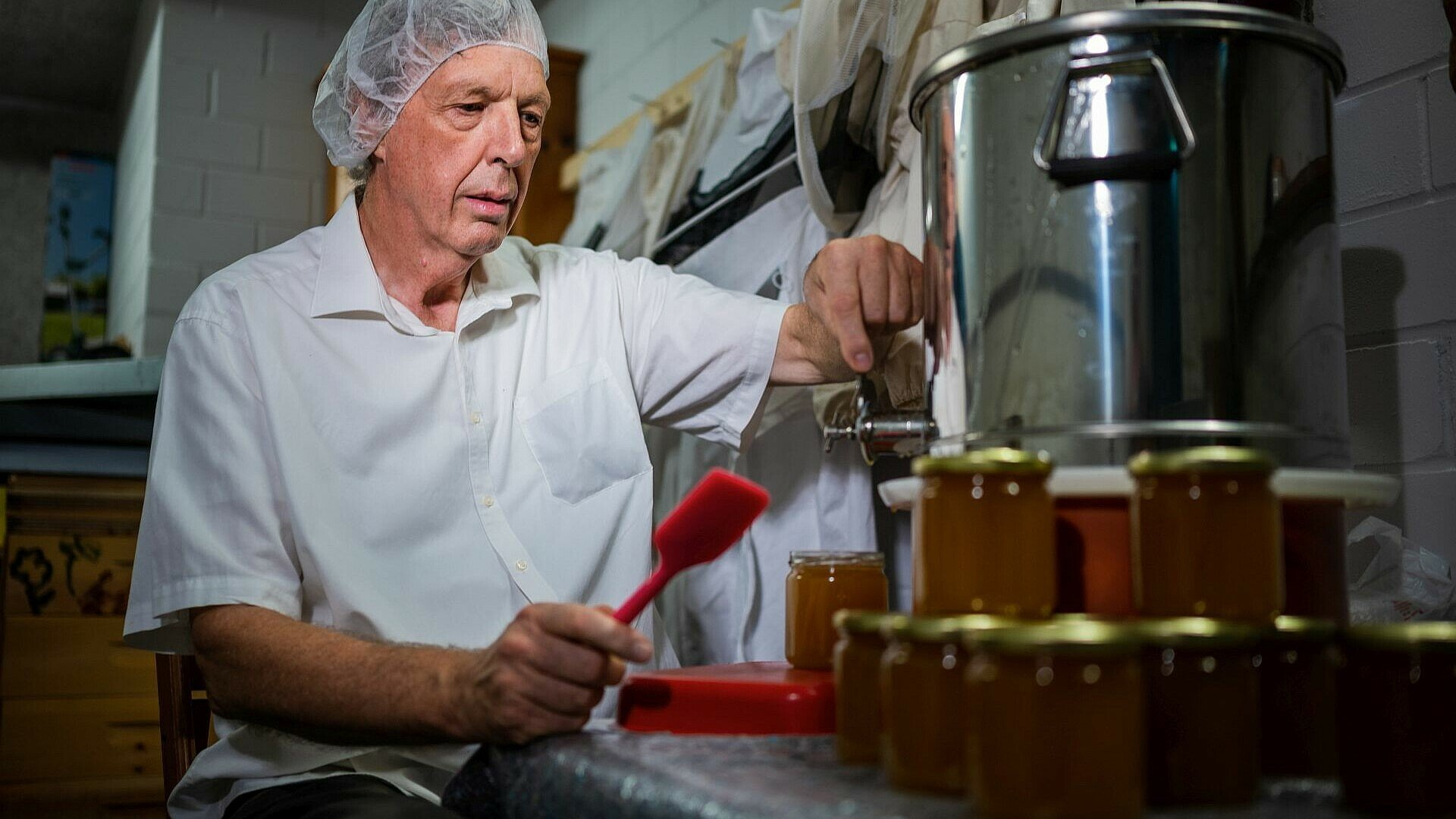 Jens Bössen füllt den Honig aus den Bienenstöcken im Waldbadviertel in Gläser ab