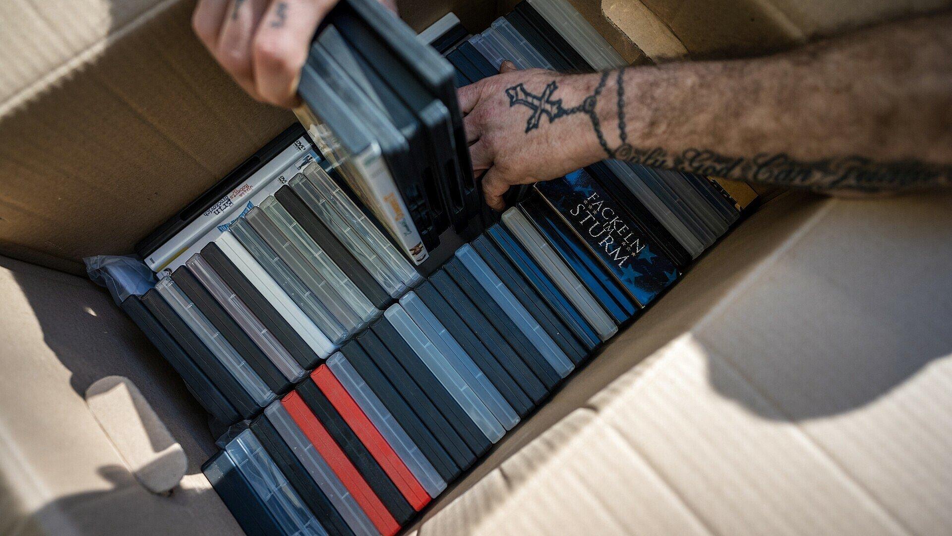 DVDs werden aus Umzugskartons gepackt