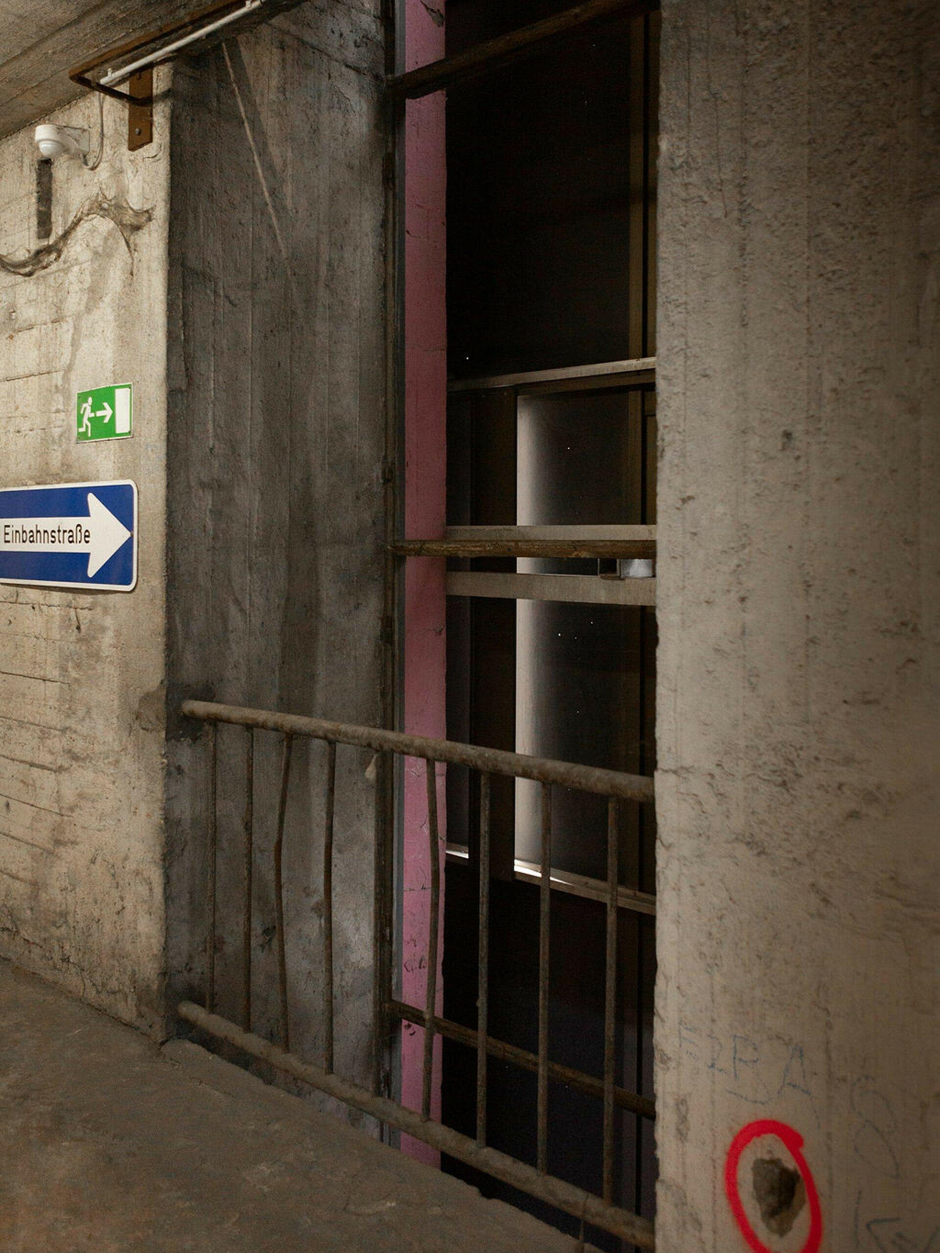 Blick von innen auf das Spiegelglas, das von außen den Riphahn-Bunker in Köln ziert