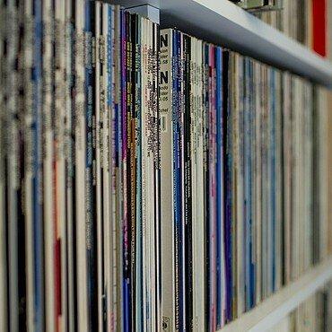 Regal mit vielen Schallplatten bei Claus Michael Sierp im Agnesviertel