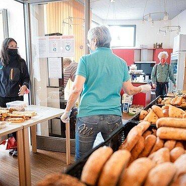 Christian Horsters bei einer Brotverteilungsaktion in Köln