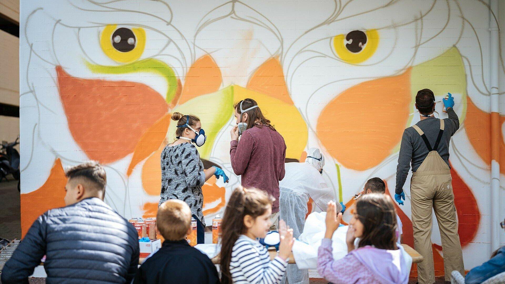 Künstler Matthias Furch unterstützt die Jugendlichen beim Sprayen
