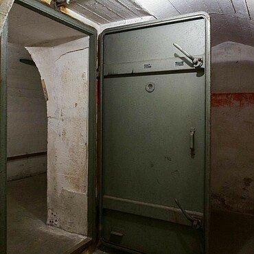 """Offene Schutztür im """"Röhrenbunker"""" Köln trennt Räume ab"""