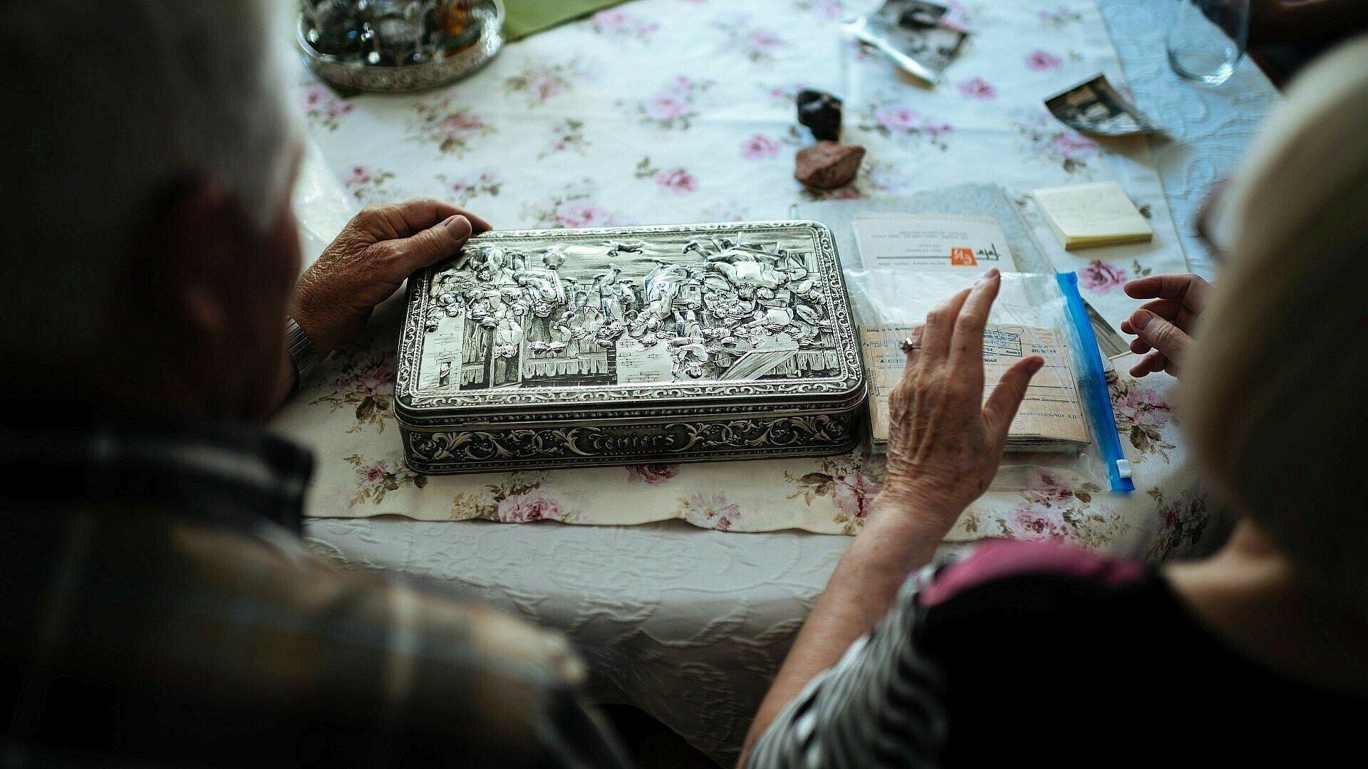 Das Ehepaar Schwingeler zeigt Erinnerungsstücke in der Rosenhofsiedlung in Bickendorf