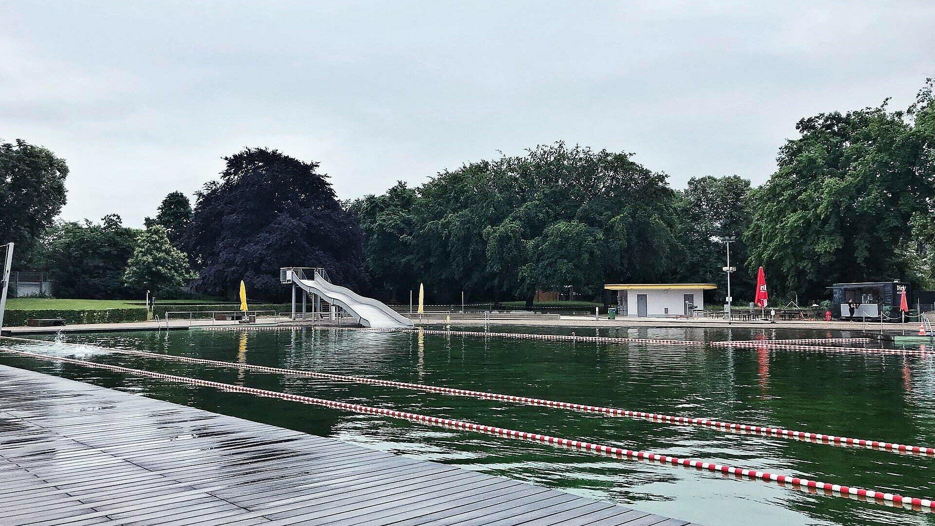 Natürlich sauberes Wasser im Naturfreibad Lentpark