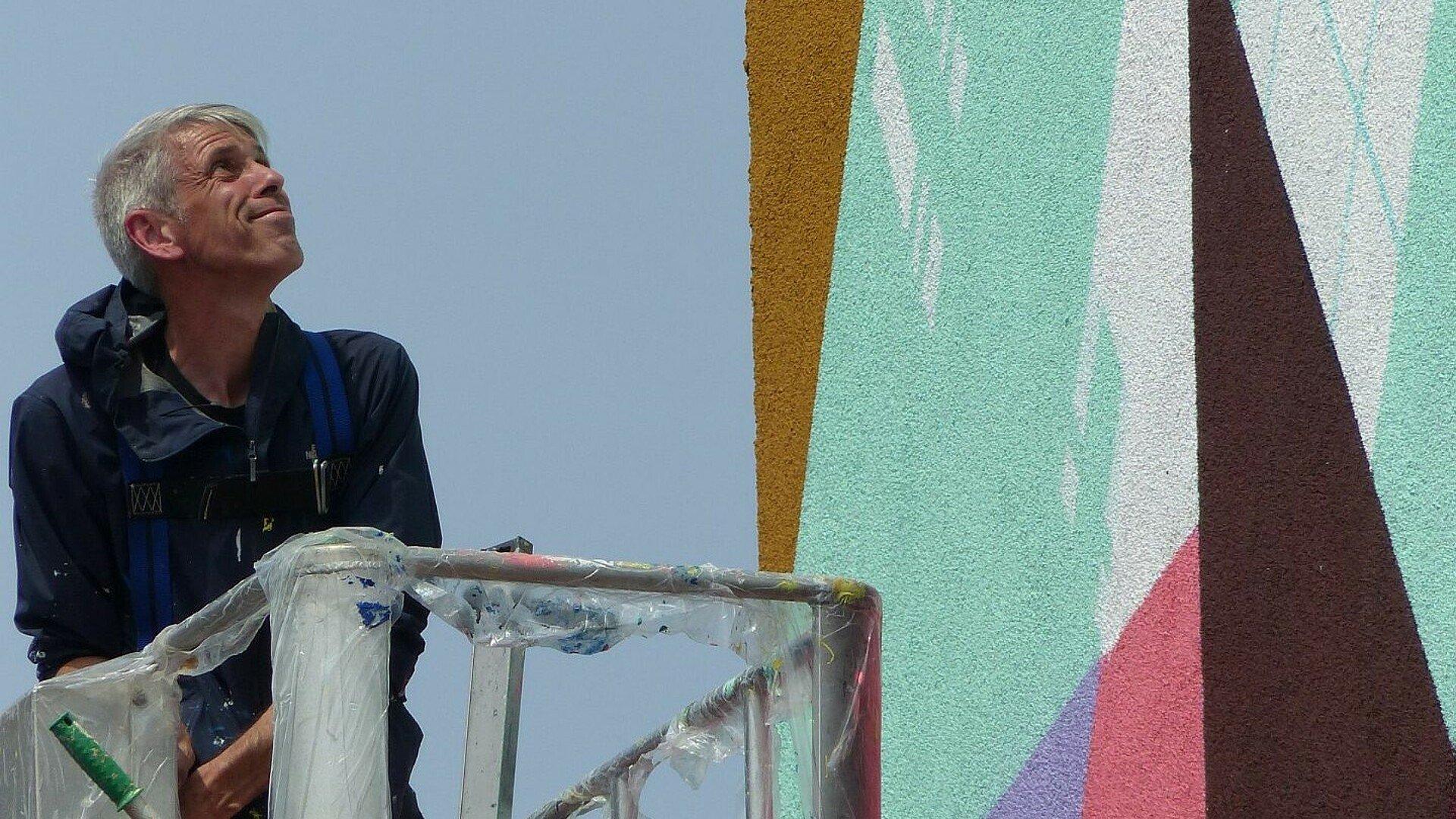 Zedz vor seinem Mural in Ehrenfeld