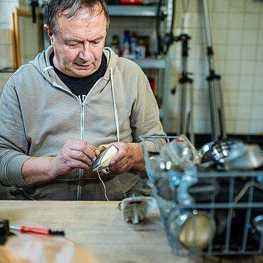 Bernd sortiert neue Ersatzteile in den Fundus des Fahrradbüdchens in Bickendorf