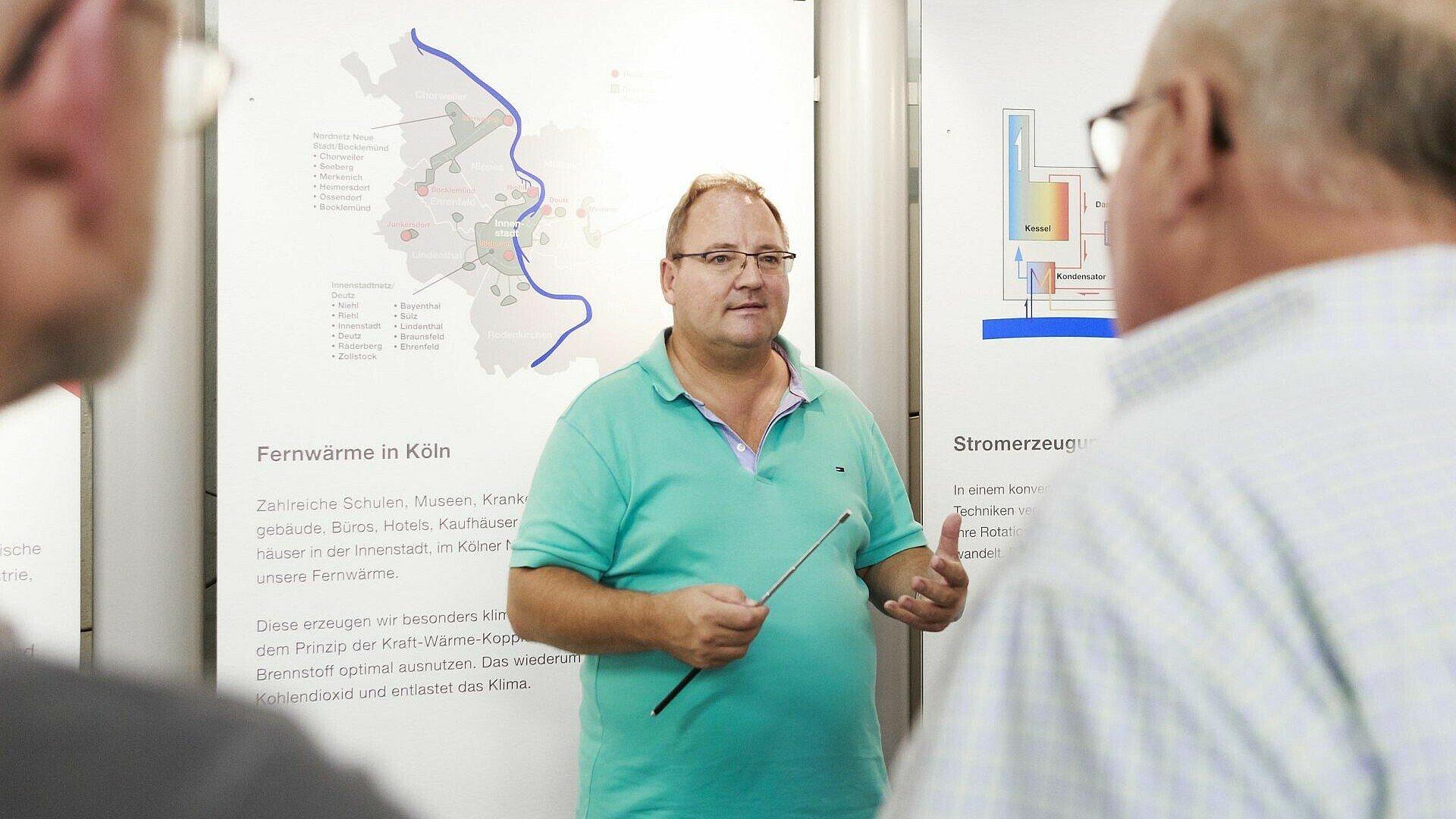 Frank Straube führt Besucher durch den Fernwärmetunnel der Rheinenergie
