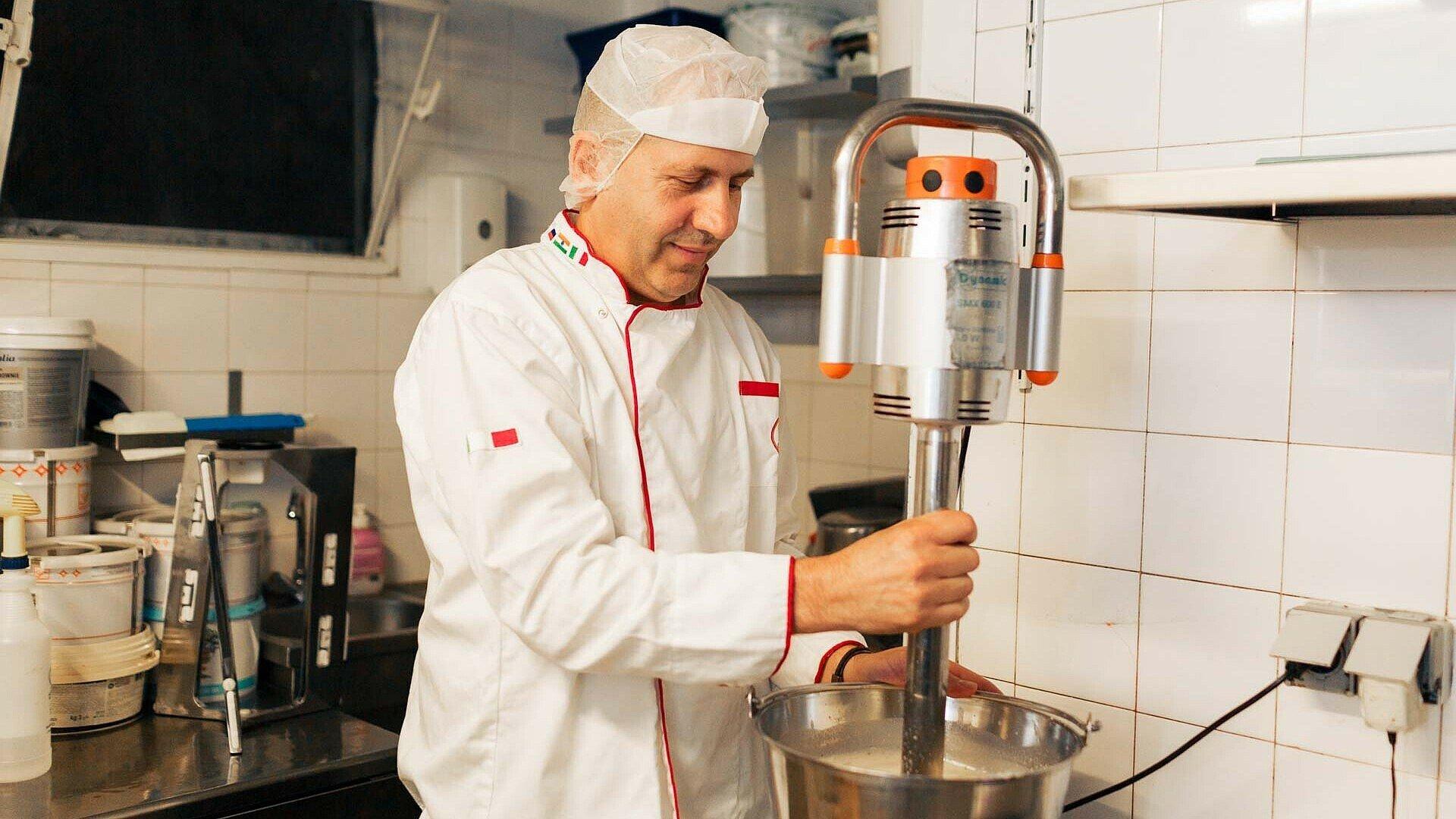 "Robert Berisha arbeitet im Eislabor des Eiscafés ""Orchidea"" in Zollstock"