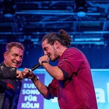 Sänger und Moderator schlagen sich ab