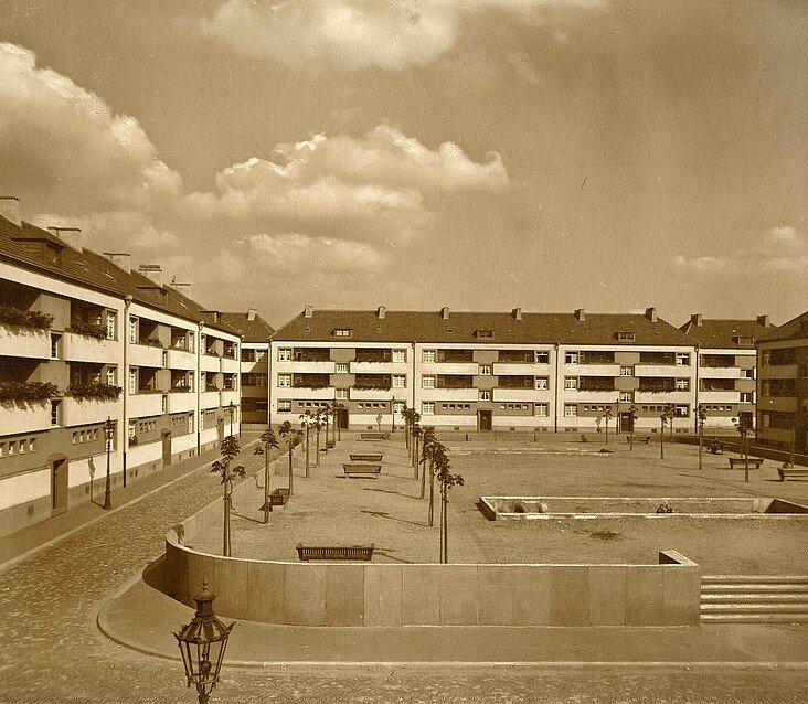 Historisches Foto der Rosenhofsiedlung in Bickendorf mit zentralem Platz