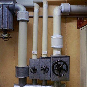 Sperrschieber in der Wasserzentrale im Atombunker Kalk
