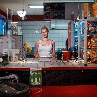Popcorn, Nachos und Getränke gibt es im Autokino Porz bei Carina Hoendgen und ihren Kollegen